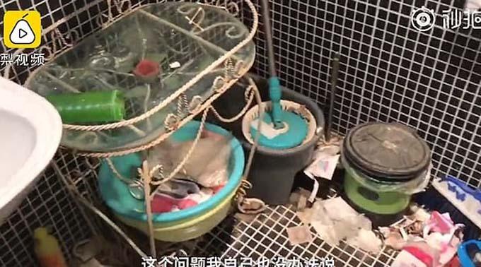 Khung cảnh bẩn thỉu, bừa bộn đầy rác thải bên trong nhà tắm căn hộ Li đang thuê trọ. Ảnh: Pear Video.
