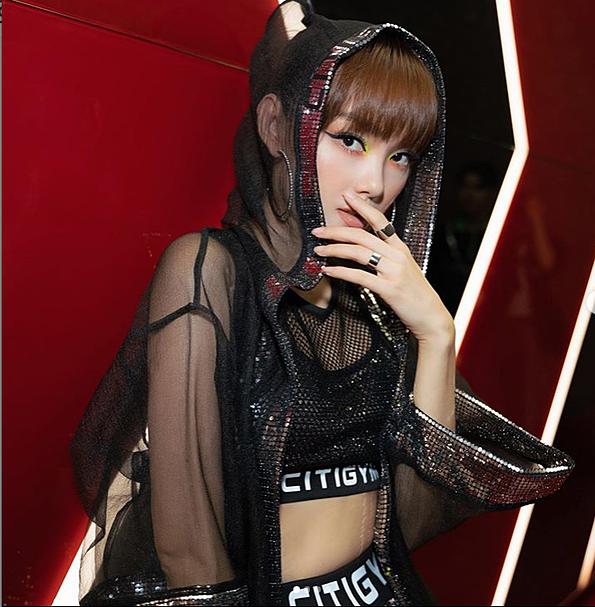 Giọng ca Người vô hình chọn trang phục tập gym tông đen chất liệu dệt kim tuyến hóa thân trong bộ hình mới. Người đẹp mặc áo lưới mũ trùm