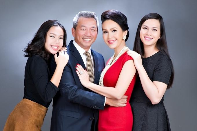 Năm 1994, Diễm My lên xe hoa với doanh nhân Hà Tôn Đức. Họ có hai con gái, Hà Thùy My (phải) sinh năm 1995 và Hà Quế My (trái) sinh năm 2000.