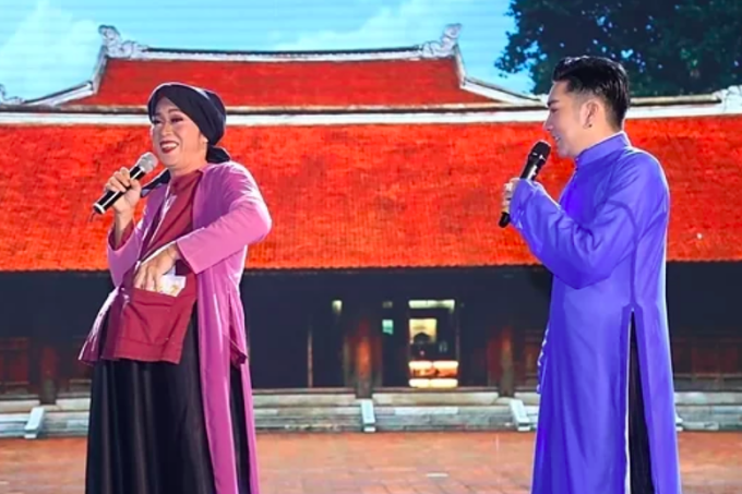 Quang Hà (phải) và nghệ sĩ Hoài Linh biểu diễn chiều 28/9.
