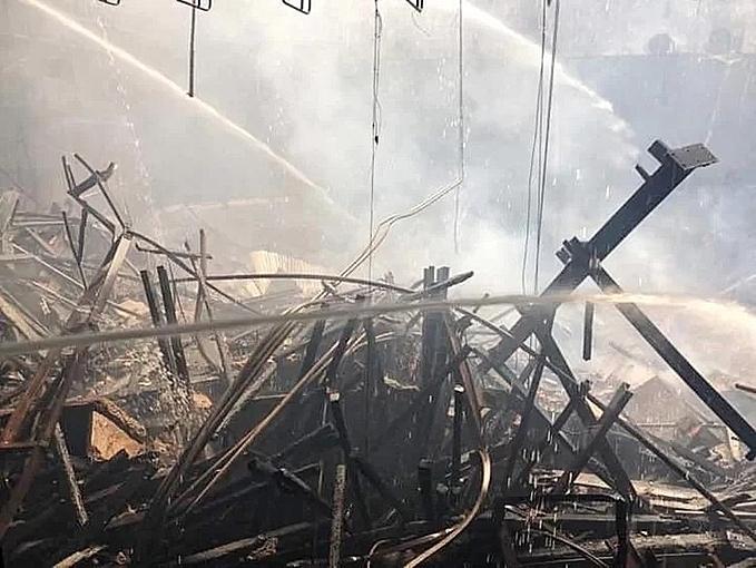 Khu vực sân khấu trong Cung văn hóa Hữu nghị đã cháy trụi. Ảnh: Giang Huy.