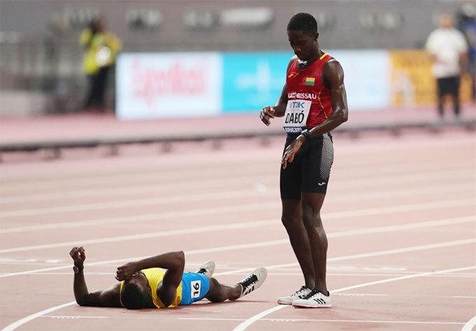 ... và nhìn đối thủ kiệt sức nằm lăn ra sàn thi đấu sau đó. Ảnh: AP, Reuters.