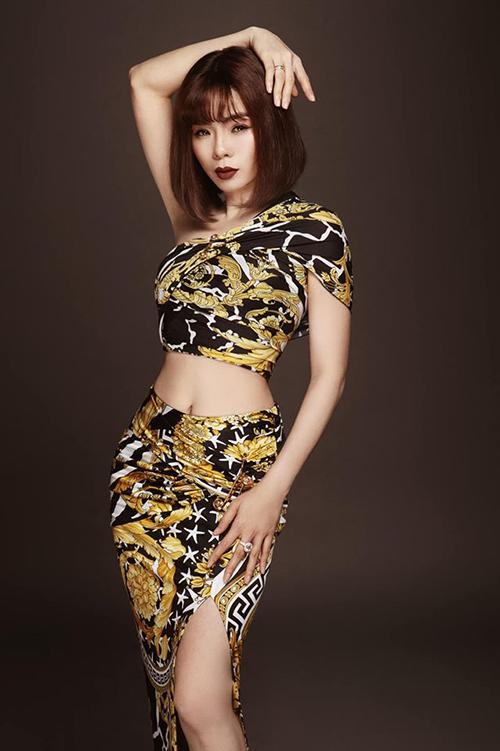Ca sĩ Lệ Quyên khoe body quyến rũ và tiết lộ sẽ tổ chức hai đêm nhạc tại TP HCM và Hà Nội vào cuối năm để kỷ niệm 20 năm vào nghề.