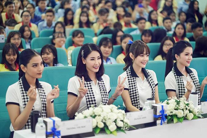 Hoa hậu Hà Kiều Anh, Á hậu Trương Thị May, Hoa khôi Huỳnh Thúy Vi và ca sĩ Minh Hằng tại buổi giao lưu, tặng sách tại Đại học Tây Đô và Nam Cần Thơ.