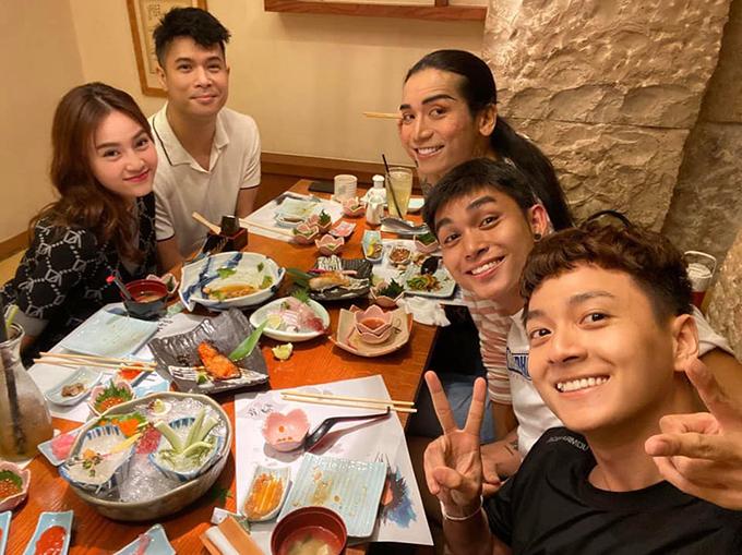 Dàn sao Chạy đi chờ chi gồm Ngô Kiến Huy, Jun Phạm, Trương Thế Vinh, BB Trần và Lan Ngọc tụ tập ăn uống.