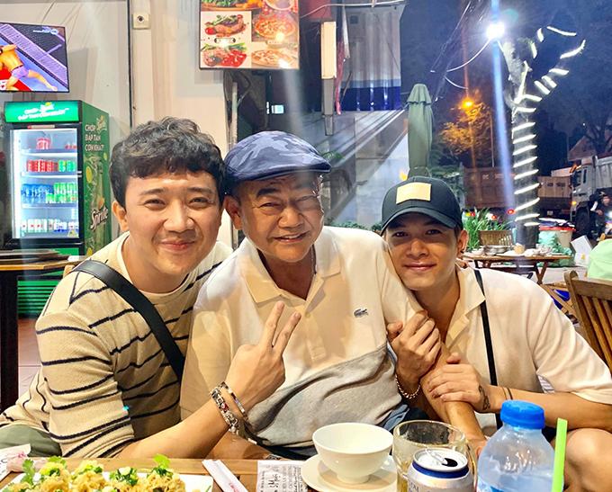 Trấn Thành, Anh Tú chụp ảnh cùng nghệ sĩ Việt Anh. Nam danh hài cho biết: Lâu lâu thầy trò tui tỉ tê mà. Gặp là yêu thương thôi.