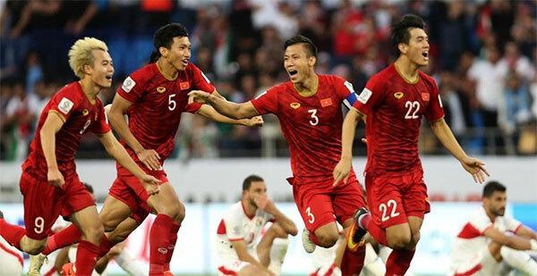 Cổ vũ đội tuyển Việt Nam trong vòng loại World Cup 2022: Ngày 10 và 15/10, đội tuyển Việt Nam sẽ tiếp tục hành trình chiến đấu trong vòng loại thứ 2 World Cup 2022 (bảng G). Dù ở nhà hay đi hẹn hò, cà phê, giới trẻ vẫn có thể cổ vũ hết mình cho đội tuyển Việt Nam. Từ các điểm chiếu công cộng, quán cà phê bóng đá cho đến nhà thi đấu trong các trường học... đều chiếu chung một kênh trong ngày 10 và 15/10. Giới trẻ chỉ cần rủ bạn bè cùng theo dõi, chuẩn bị một vài món đồ ăn vặt hấp dẫn, trang bị thêm cờ, băng rôn... để thỏa sức hòa nhịp theo từng điệu bóng.