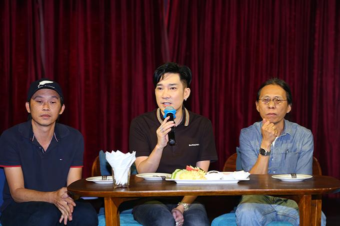 Ca sĩ Quang Hà tại buổi họp báo bên đàn anh Hoài Linh và tổng đạo diễn liveshow Nguyễn Quang.