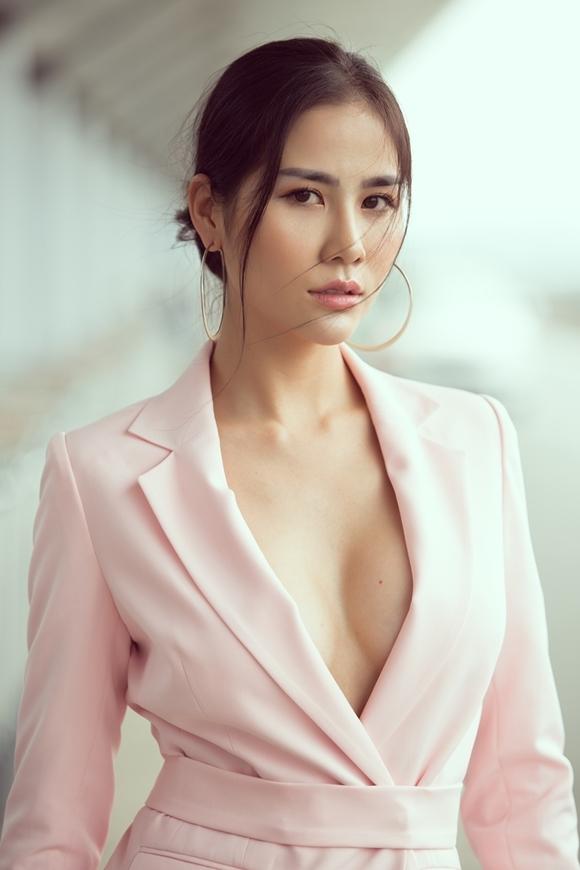 Người đẹp gốc Nghệ An xuất thân là vận động viên Taekwondo từng giành 10 huy chương cấp quốc gia. Sau chấn thương, cô rẽ hướng làm người mẫu, đoạt nhiều danh hiệu sắc đẹp như Hoa khôi thời trang 2015, Áquân 1 Miss Hà Nội Model 2014, Áhậu 1 Miss Asia Beauty 2017...