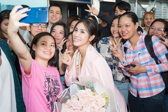 Người đẹp vui vẻ chụp hình cùng các fan trước giờ lên máy bay.