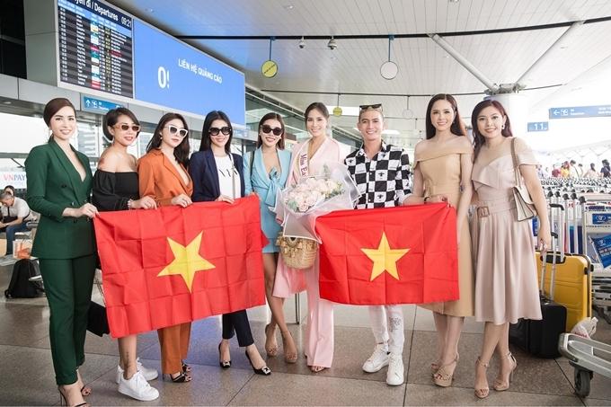 Phương Khánh được người thân, bạn bè đưa tiễn tại sân bay và hết lòng cổ vũ.