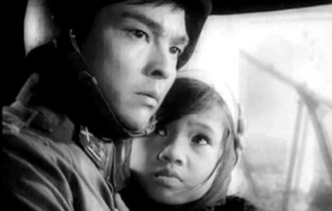 NSND Thế Anh và NSND Lan Hương (lúc nhỏ) trong phim Em bé Hà Nội.
