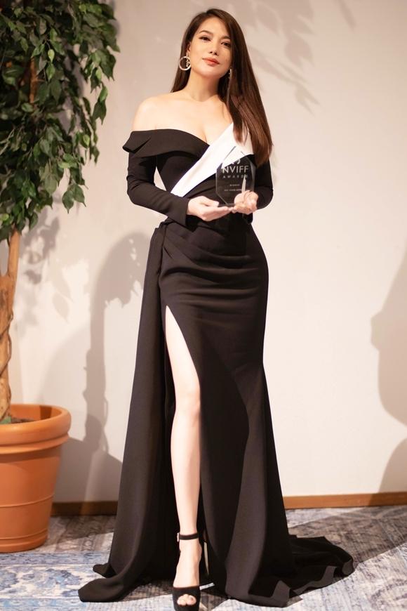 Trương Ngọc Ánh khoe vai trần, ngực đầy, chân dài khi nhận giải Nữ diễn viên châu Á xuất sắc.