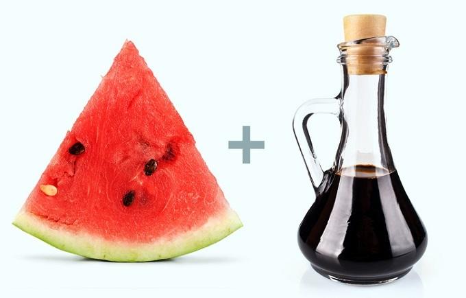 Dưa hấu và giấm Balsamic: Những lợi ích của dưa hấu bao gồm ngăn ngừa rối loạn thận, huyết áp cao, ung thư, tiểu đường, bệnh tim, đột quỵ do nhiệt, thoái hóa điểm vàng và bất lực. Dưa hấuchỉ chứa 46 calo trong mỗi cốc nước ép và 92% nước, là món ăn nhẹ giảm cân hiệu quả. Dưa hấu còn chứanhiều vitamin C,A và nhiều hợp chất thực vật tốt cho sức khỏe.Giấm Balsamiccó hàm lượng chất chống oxy hóa cao, mang lại nhiều lợi ích sức khỏebao gồm kiểm soát bệnh tiểu đường, ổn định huyết áp, lưu thông máu và ngăn ngừa sỏi thận. Ngoài ra, giấmcòn cải thiện sự cân bằng axit-kiềm của cơ thể, giúp kiểm soát sự thèm ănvà tăng mức độ no.