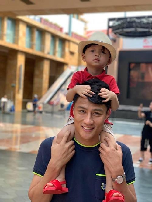 Anh thích chơi cùng con và khéo chăm bé nên Tỏi quấn bố dù ít được gần bố.