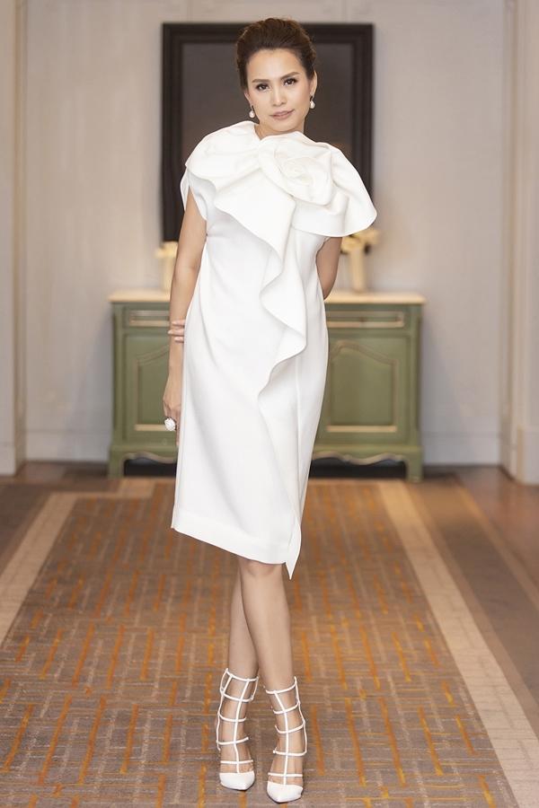 Hoa hậu Việt Nam 1998 Ngọc Khánh trẻ trung với chiếc đầm trắng có chi tiết hoa, dún bèo to bản. Cô hiện có cuộc sống hôn nhân viên mãn với người chồng thứ hai tại Mỹ.