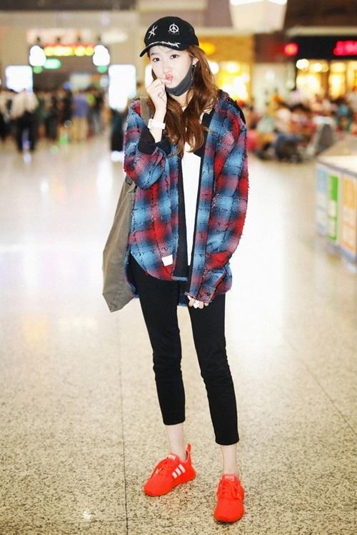 Phong cách năng động từng được Hiểu Đồng lăng xê trong chuyến xuất ngoại từ sân bay Hồng Kiều (Thượng Hải) năm 2017,  7 tháng 8 năm 2017, Quan Hiểu Đồng xuất hiện tại sân bay Hồng Kiều Thượng Hải mặc áo khoác vành mũ trắng, áo phông in hình chữ trắng LV x Supreme, túi vải màu nâu trên vai, quần bút chì màu đen chín xu và giày thể thao màu cam Adidas.