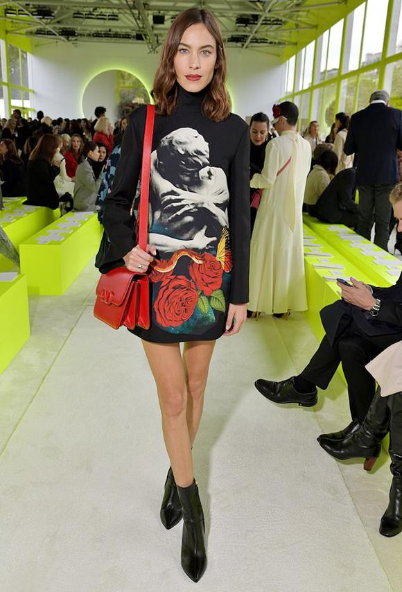 Fashionista Alexa Chung diện đầm ngắn để lộ chân gầy.