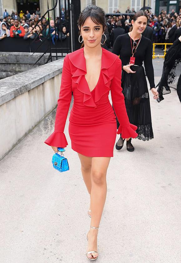 Giọng ca Havana Camila Cabello cũng thể hiện gu thời trang riêng khi mix đầm đỏ cùng túi mini xanh da trời.