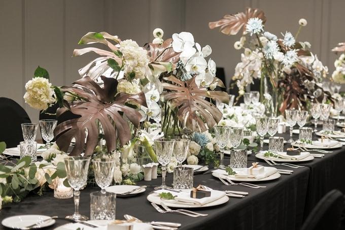 Không gian bữa tiệc tràn ngập các loại hoa đắt tiền: winter berris từ Hà Lan, hoa hồng White Mayra của Ecuador và đặc biệt là hoa lan hồ điệp, cát tường, cúc