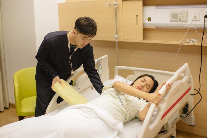 Trước đó,Ưng Hoàng Phúc đã đưavợ vào viện từ tối và túc trực suốt đêm trong bệnh viện. Anh chứng kiến từng cơn gò của Kim Cương và cảm thấy rất xót xa.