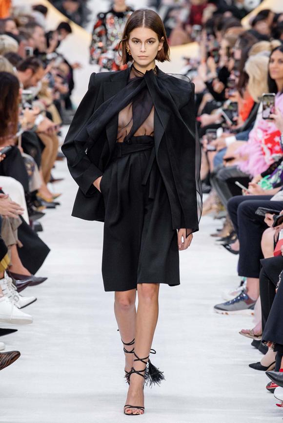 Buổi giới thiệu bộ sưu tập Valentino Xuân hè 2020 diễn ra trong khuôn khổ Paris Fashion Week. Như thường lệ, Kaia Gerber vẫn là gương mặt chiếm spotlight hàng đầu dàn chân dài. Con gái cựu siêu mẫu Cindy Crawford ngày càng khẳng định chỗ đứng vững chắc trong ngành công nghiệp thời trang dù mới chỉ có hai năm kinh nghiệm catwalk chuyên nghiệp.