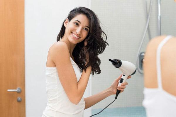 Sấy tóc đúng cách: Vào mùa hè, các chuyên gia khuyên bạn nên để tóc khô tự nhiên nhưng mùa thu đôngthì ngược lại. Bạn cần sấy tóc ngay sau khi gội để tránh bị cảm lạnh và gãy rụng. Nhiệt độ máy sấy nên ở chế độ mát để không khiến tóc bị khô, mất nước. Ngoài ra, để bảo vệ tóc, bạn có thể xịt hoặc bôi một chút dưỡng trước khi sấy.