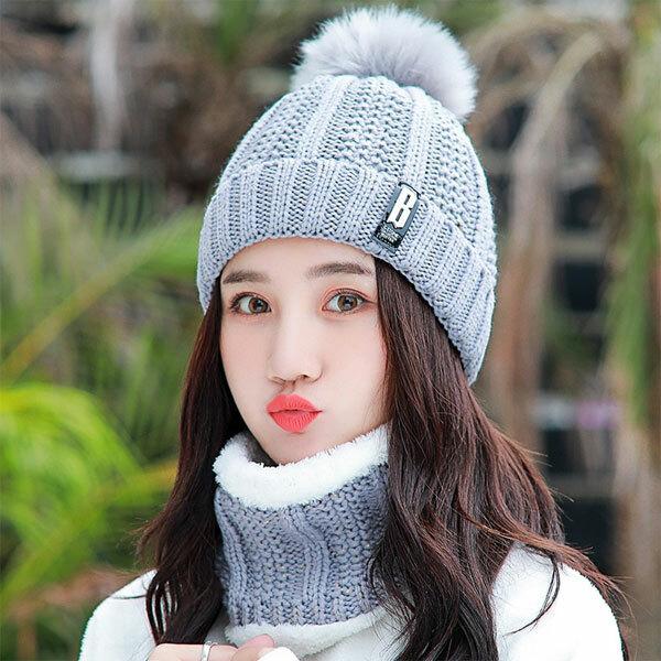 Đội mũ khi ra ngoài: Mũ là phụ kiện rất cần thiết nếu bạn muốn chống lại thời tiết lạnh giá. Một chiếc mũ len hoặc mũ vải vừa giúp bạn tạo phong cách, vừa giữ ấm và bảo vệ tóc.