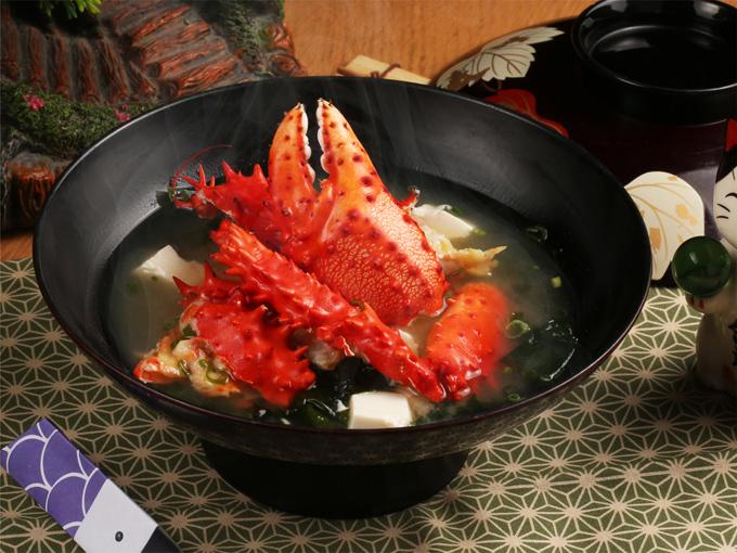 Hanasaki Kani Misoshiru (súp miso với cua Hanasaki): Đây là món nên thử khi đến Sushi Hokkaido Sachi. Các đầu bếp lựa chọn cẩn thận từng miếng cua ngon để chế biến trong món súp. Món ăn có vị thanh của nước súp nấu từ rong biển và đậu phụ cùng vị ngọt từ thịt cua, cho hương vị đặc trưng.