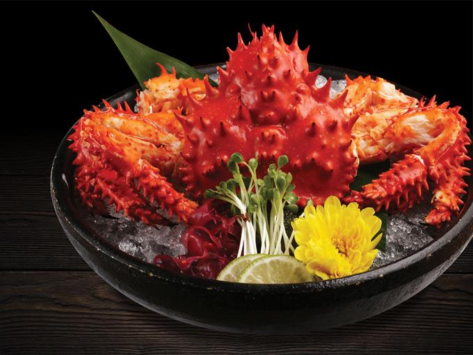 Hanasaki Kani Sashimi (Sashimi cua Hanasaki): Sashimi được xem là món ăn tiêu biểu của nền ẩm thực Nhật Bản với cách chế biến đa dạng, bắt mắt và hương vị độc đáo. Món sashimi cua Hanasaki gây ấn tượng nhờ toàn bộ phần thịt cua làm chín và giữ trên đá lạnh. Một phần vỏ cua sẽ giữ nguyên để trang trí và bao bọc phần thịt cua thêm tươi ngon.