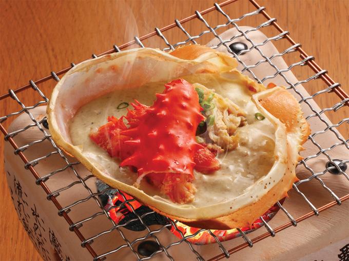 Hanasaki Kani Miso Yaki (Mai cua Hanasaki nướng): Mai cua nướng là một trong những món ăn thú vị, được nhiều thực khách lựa chọn khi đến Sushi Hokkaido Sachi. Món ăn ghi điểm nhờ có thêm phần thịt cua Hanasaki hòa quyện cùng công thức nước xốt riêng tại nhà hàng, cho hương và vị khác lạ.