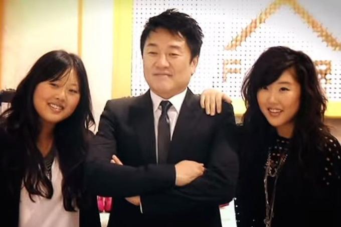 Ông Do Won Chang cùng hai con gái, những người thừa kế F21. Ảnh: BI.