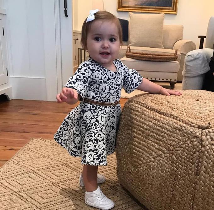 Em út Bay Bieber mới 1 tuổi. Cô bé có gương mặt bầu bĩnh như búp bê. Bay là con chung của bố Justin và Erin Wagner.