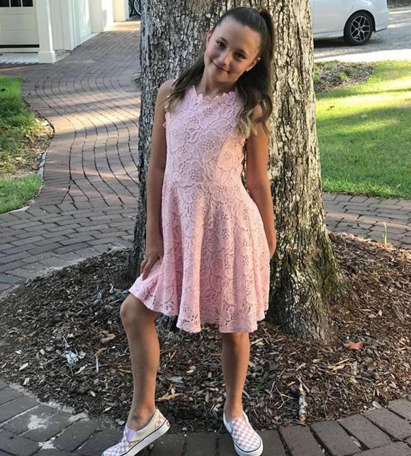 Cô em gái Jazmyn Bieber diện váy ren hồng đến dự tiệc. Cô bé xinh xắn và chụp ảnh tự nhiên như một mẫu nhí. Theo kế hoạch, Jazmyn sẽ cầm hoa cưới trong thánh đường tại lễ cưới vào ngày 30/9.Jamyn và Jaxon là con chung của bố Justin - Jeremy Bieber - với người vợ cũ Erin Wagner.