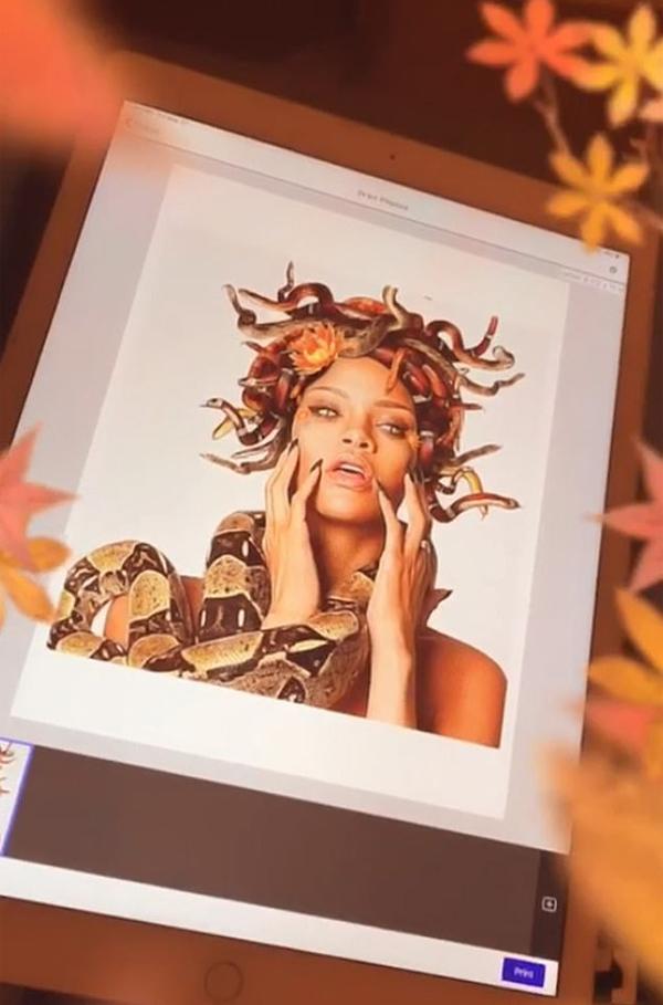 Nam ca sĩ tiết lộ, nghệ sĩ xăm hình đã dựa vào bức ảnh ca sĩ Rihanna hóa trang như nữ thần Medusa để sáng tạo nên hình xăm cho anh.