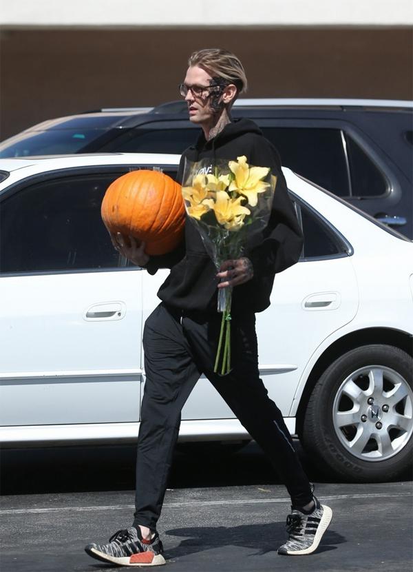 Aaron trông rất thoải mái với diện mạo mới. Sau khi đi dạo, anh vào siêu thị mua bí ngô và hoa về chuẩn bị cho lễ Halloween.