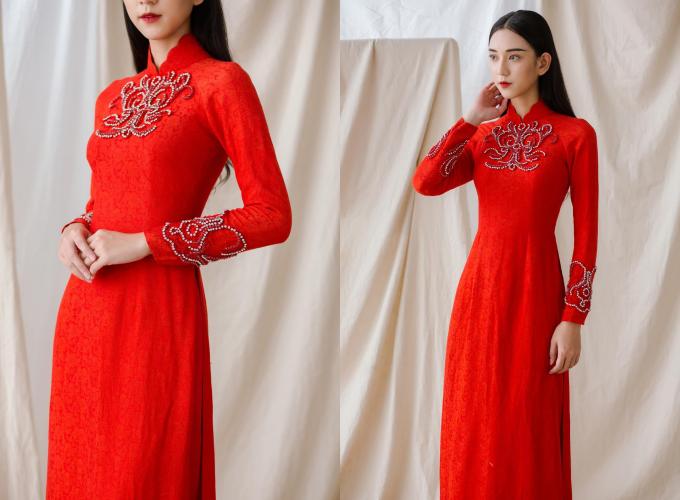 NTK Thịnh Nguyễn sử dụng chất liệu lụa truyền thống để tạo dựng nên mẫu áo dài đỏ. Tấm áo có họa tiết là hoa văn đính đá, giúp tạo hiệu ứng bắt sáng, sự thu hút cho cô dâu. Áo dài được bán với giá 6 triệu đồng, giá thuê 1,5 triệu đồng. Trang phục: Thịnh Nguyễn Bridal
