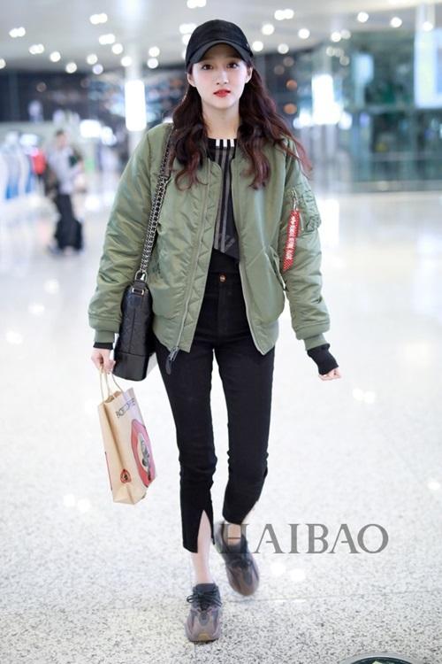 11 năm 2018 tại Sân bay Thượng Hải Thượng Hải: mặc áo khoác bomber Alpha Industries, với áo đen Adidas Originals, quần bút chì Frame, đi giày thể thao Yeezy 700 series, gói đi lang thang của Chanel Gabrielle