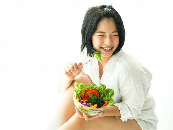 Ăn cân bằng và giữ nước  Ăn một chế độ ăn uống lành mạnh đầy đủ vitamin là cách tốt nhất để giữ cho tóc và da đầu của bạn trông và cảm thấy khỏe mạnh. Ngoài ra, hãy chắc chắn rằng bạn uống nhiều nước để giữ cho tóc và da đầu ngậm nước.