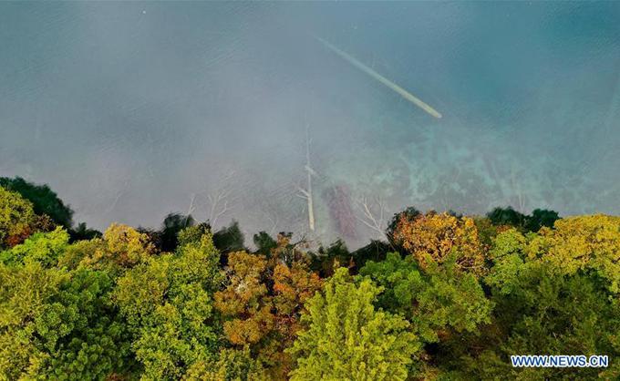 Phần lớn các hạng mục được khôi phục nhưng màu xanh biếc của nước hồ ở nhiều nơi vẫn chưa trở lại được trạng thái ban đầu.