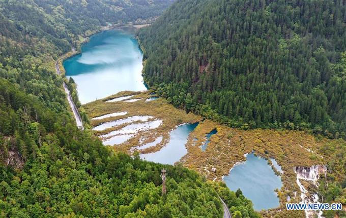 Tuy nhiên, ở nhiều điểm tham quan khác, màu nước xanh quen thuộc đã trở lại. Cửu Trại Câu được công nhận là di sản thiên nhiên thế giới vào năm 1992 vàkhu dự trữ sinh quyển thế giới vào năm 1997. Thắng cảnh nằm trên vùng núi tỉnh Tứ Xuyên - địa phương thường xuyên xảy ra động đất, ở độ caotừ 2.000 cho đến 4.500 métso với mực nước biển.
