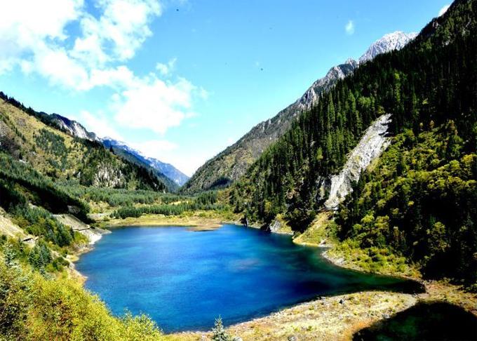 Công viên quốc gia Cửu Trại Câu (tỉnh Tứ Xuyên, Trung Quốc) bắt đầu mở cửa trở lại cho khách du lịch từ ngày 27/9, tuy nhiên chỉ dành cho khách đi theo nhóm và giới hạn tối đa 5.000 khách mỗi ngày. Cửu Trại Câu được UNESCOcông nhận là Di sản thế giới và là một trong những điểm du lịch hút khách nhất ở Trung Quốc nhiều năm qua. Công viên đã buộc phải đóng cửadotrận động đất mạnh 7,0 độ vào ngày 8/8/2017. Cửu Trại Câu bị hư hại nặng nề phần lớn các điểm tham quan chính. Thậm chí, các chuyên gia còn nhận định, khó có thể khôi phục lại vẻ đẹp như trước đây.
