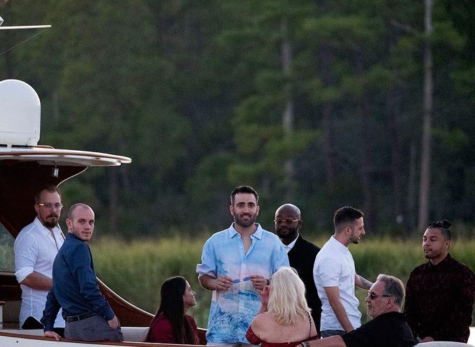 Justin và Hailey đón khách cưới - 7