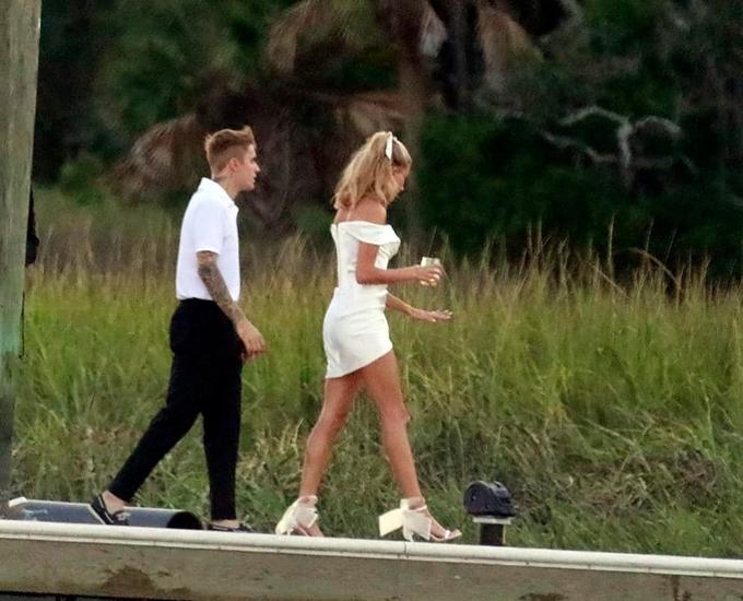 Justin Bieber và Hailey Baldwin tới bến cảng đón khách và cùng ra nhà hàng tổ chức bữa tiệc trước đám cưới ở resort Montage Palmetto Bluff.