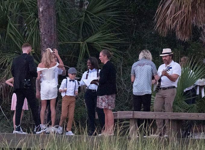 Jaxon Bieber bên anh trai và chị dâu trong bữa tiệc.