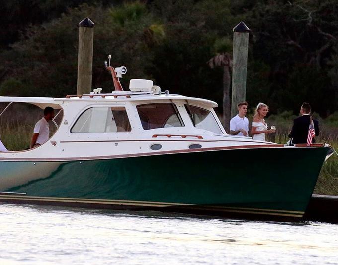 Cô dâu - chú rể và khách khứa tới nhà hàng bằng du thuyền.