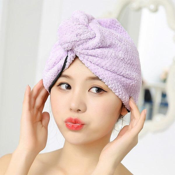 Dưỡng ẩm cho tóc: Bạn nên dùng dầu xả, dưỡng có tác dụng sâu để ủ lạnh, hấp nóng hay xả tóc. Ngoài sản phẩm của những thương hiệu uy tín, nổi tiếng, bạn có thể tự chếcác loại dưỡng tóc tự nhiên như dầu ô liu, dầu dừa, sữa chua, trứng, bơ... bôi lên da đầu, xoa bóp nhẹ nhàng, để trong vòng 20 phút và làm sạch bằng dầu gội, xả cho tóc mềm mại, bóng mượt. Điểm đặc biệt là sử dụng những sản phẩm dưỡng vào mùa đông không bị bết dính như mùa hè.