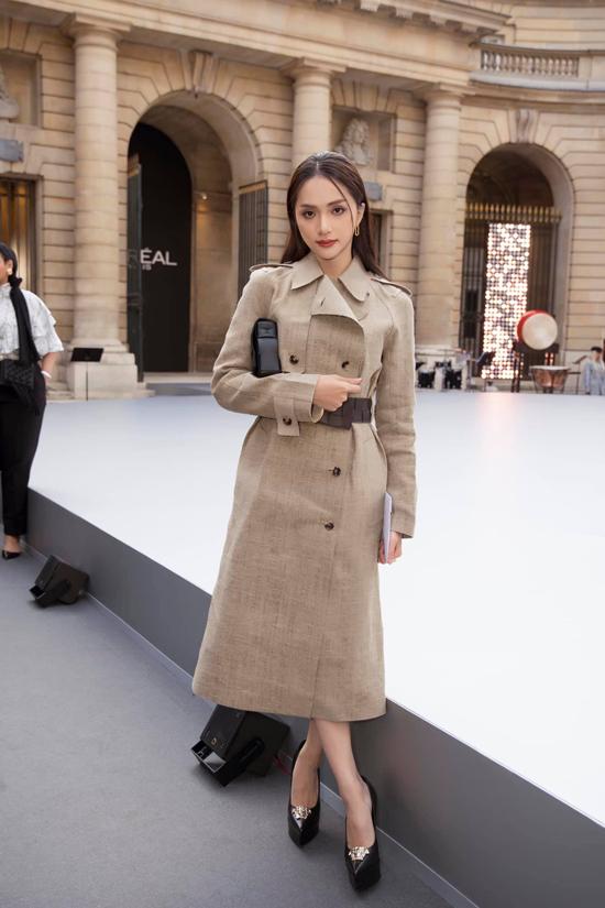 Phong cách thời trang đi xem show của Hương Giang cũng nhận được nghìn like từ khán giả hâm mộ trong nước. Phụ kiện đai lưng, clutch củaBottega Veneta được mix tinh tế cùng váy măng tô màu trung tính.