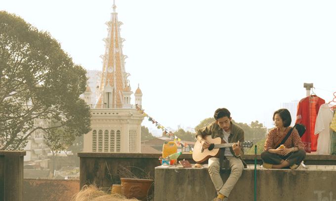 Thanh và Tâm đồng hành cùng nhau trong một ngày, lang thang qua nhiều nơi ở Sài Gòn.