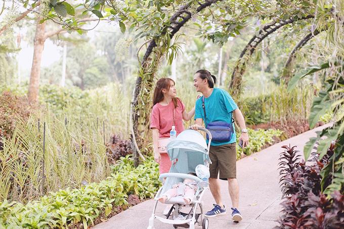 Văn Anh - Tú Vi đưa con gái lần đầu xuất ngoại sang Singapore. Tuy nhiên, đi chơi nhưng đến nơi là em bé ngủ, nữ diễn viên chia sẻ.